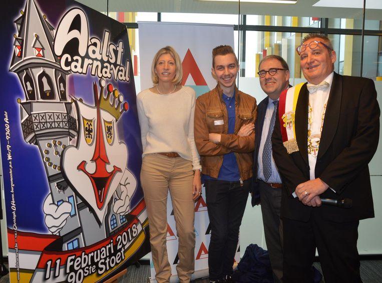 Kjell Steenhout met schepen Ilse Uyttersprot, burgemeester Christoph D'Haese en Dirk Verleysen, voorzitter van het feestcomité.