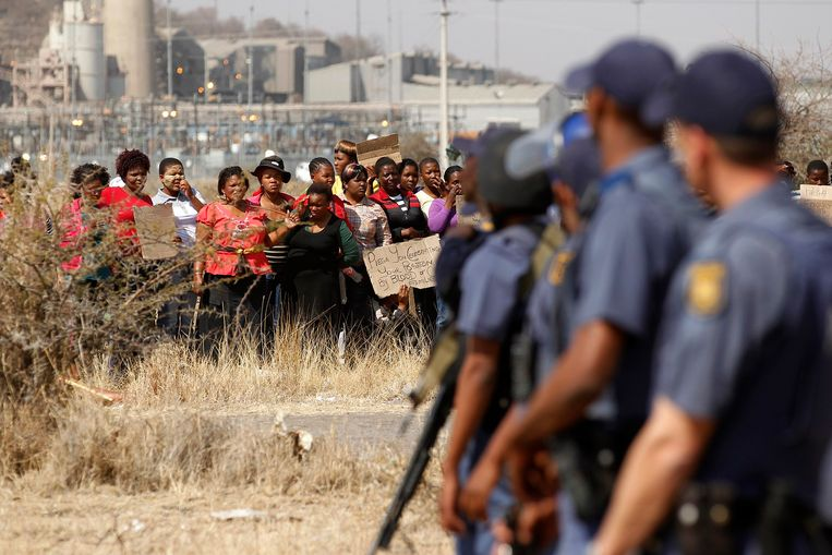 Vrouwen protesteren vandaag tegen het beschieten van de mijnwerkers. Beeld REUTERS