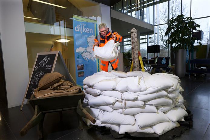 Martin Nieuwenhuis van het waterschap Rijn en IJssel in de weer met zandzakken.