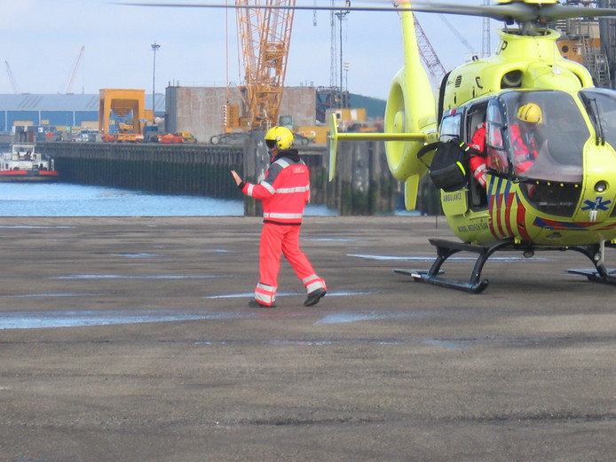 De traumahelikopter is ingezet voor een bedrijfsongeluk aan de Monacoweg in Nieuwdorp.