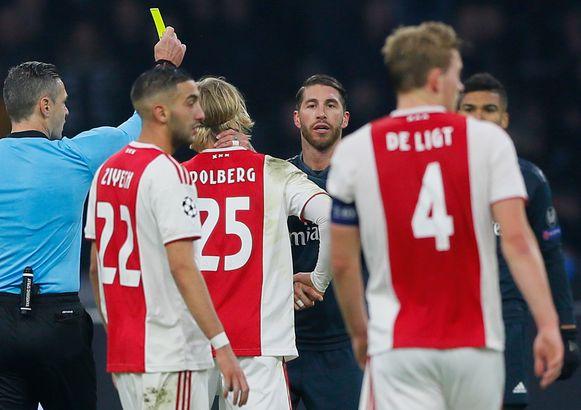Toen Sergio Ramos nog tevreden was met zijn gele kaart.