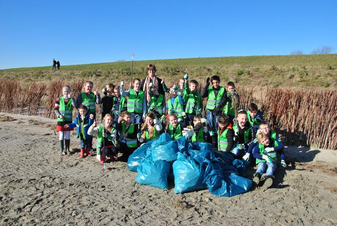 De kinderen hebben vrijdagmiddag heel wat zakken gevuld met afval.