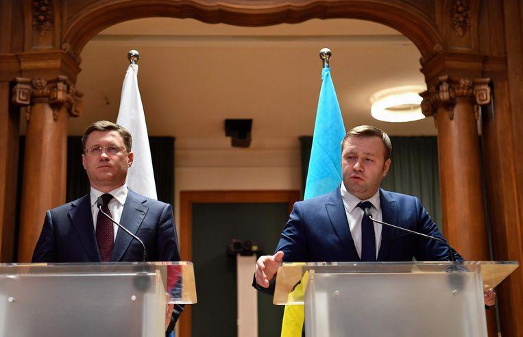 De Russische (links) en Oekraïense  ministers van energie staan de media te woord over de gasdeal. Beeld AFP