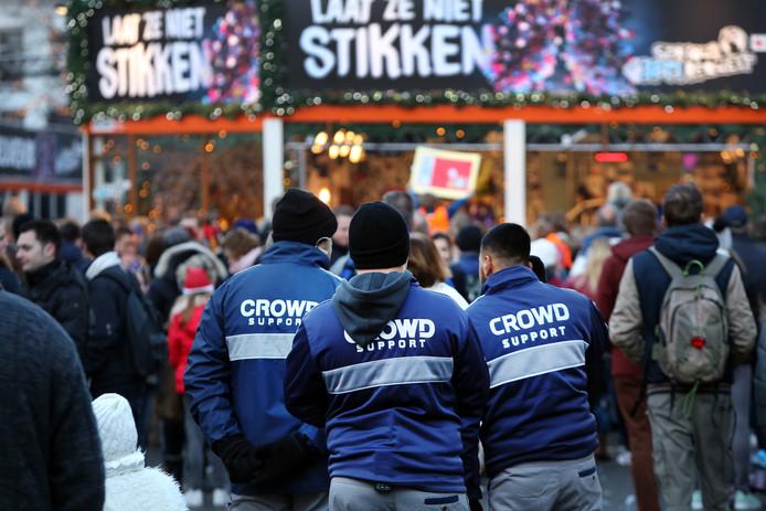 20161220 - Breda - Foto: Ramon Mangold/ Pix4Profs - 3FM, Serious Request 2016, Glazen Huis - De beveiliging van Serious Request en de omgeving wordt verzorgd door een mix van Toezichthouders, Crowd Support, Beveiligers en de Politie. Crowd Support op de Grote Markt.