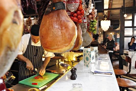 In de keuken van het hagelnieuwe restaurant Jamie's Italian in de Markthal.