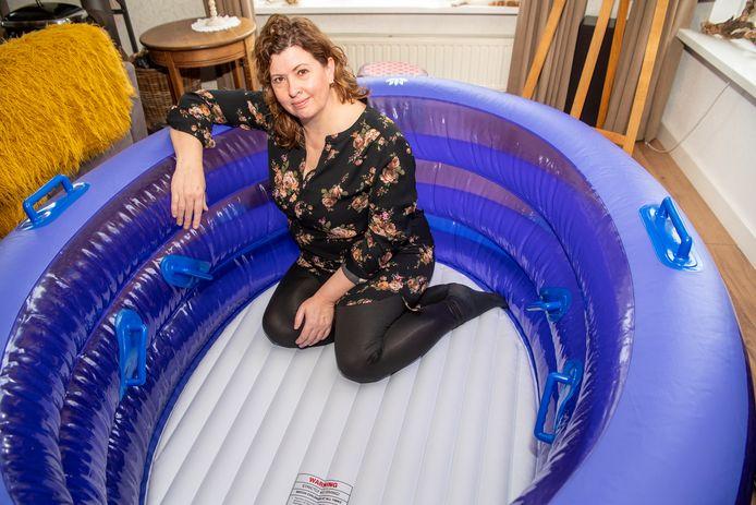 Sonja Zantinge moet ervoor zorgen dat de geboorte gladjes verloopt. Bijvoorbeeld in dit bevallingsbad.