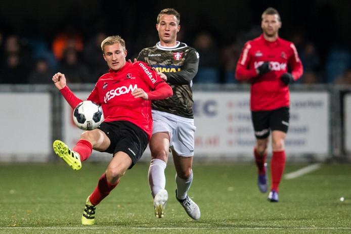 Robert van Koesveld (Helmond Sport) wordt op zijn hielen gezeten door Nick Hak (FC Dordrecht).