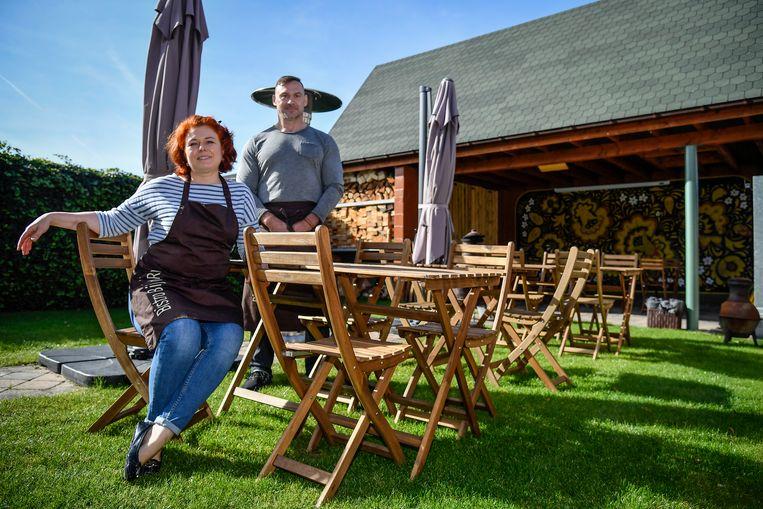 Een klein tuintje met enkele tafeltjes en stoelen. Meer stelt 'BijdenRus' niet voor, maar het zou wel de ruimtelijke ordening overbelasten. Katia en Alex begrijpen er niets van.