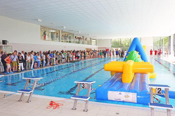 De heropening van het zwembad lokte meteen meer dan honderd toeschouwers.