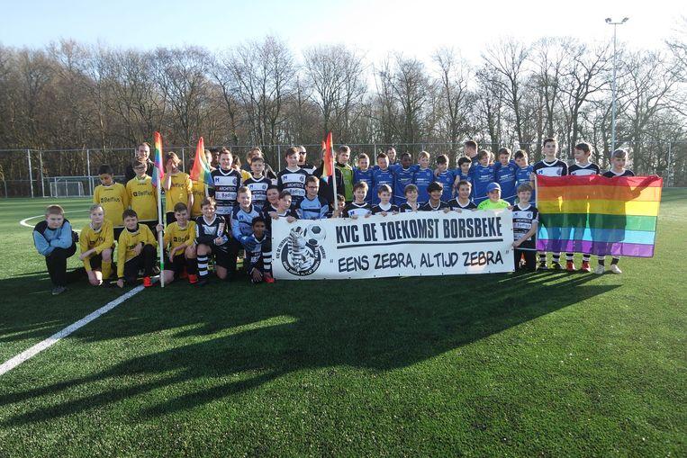 Alle ploegen stapten met een regenboogvlag het veld op.