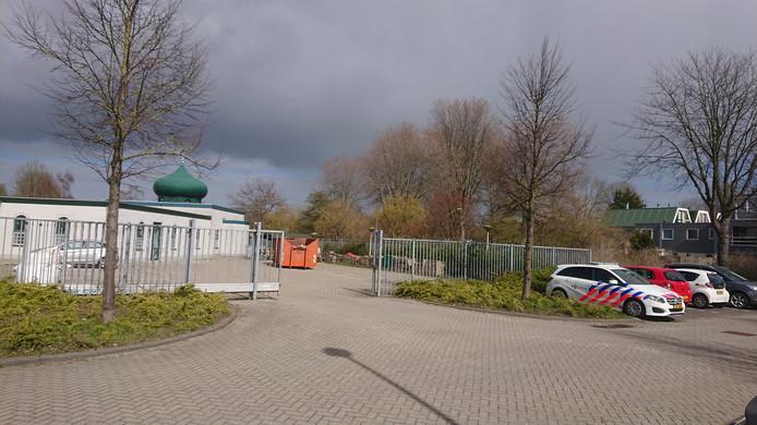 Bij de Al-Firdaus Moskee aan de Archipel in Lelystad is de beveiliging opgeschroefd vanwege de gebeurtenissen in een tram in Utrecht. Bij de moskee staat politie voor het pand, meldt GinoPress.
