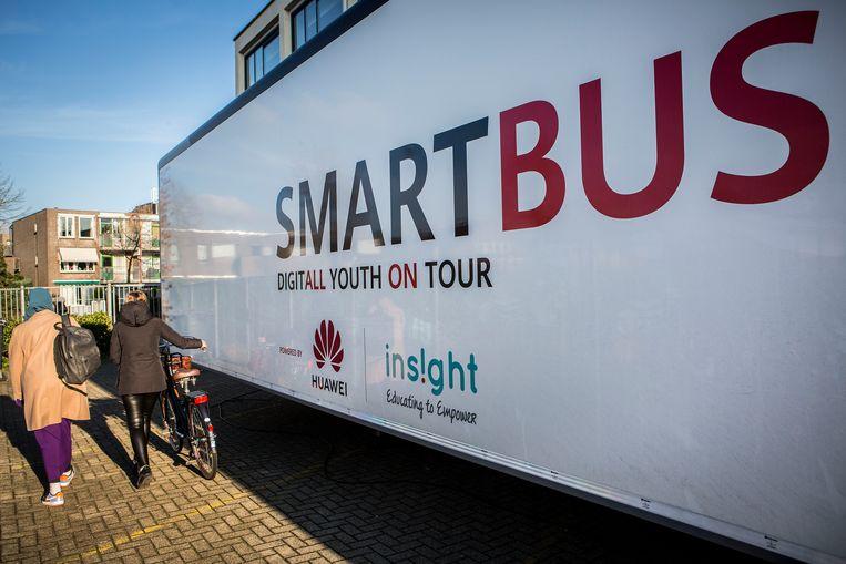 De Smartbus van Huawei. Binnen bevindt zich een mobiel klaslokaal waar de Chinese techgigant de kinderen bijschoolt in digitale veiligheid en privacy. Beeld Arie Kievit