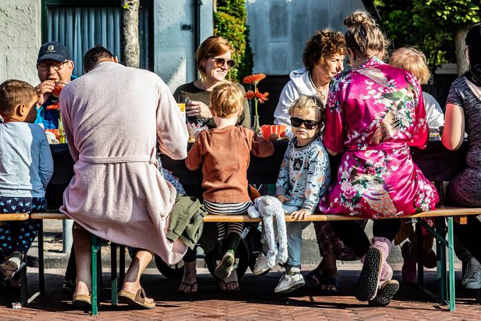 Langste ontbijt in de Dijkstraat in Honselersdijk.
