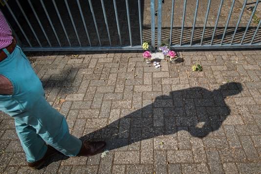 Bloemen bij de poort van het complex van voetbalclub MVR.