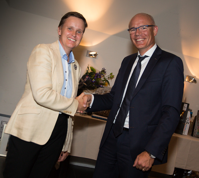 Tanneguy Descazeaud (rechts) neemt afscheid als algemeen directeur van Zeeland Refinery. Hij wordt opgevolgd door Nathalie de Muynck, die al eerder de leiding voerde over de raffinaderij in het havengebied bij Nieuwdorp.