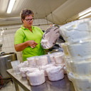 Astrid van Dal maakt bavarois in zuivelboerderij De Kern in Drunen.