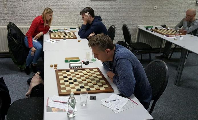 Beeld uit de wedstrijd tegen Hoogeveen. Op voorgrond Odin Mol, Natalja Sadovska vs. Jan van Dijk, rechts Gerbrand Hessing.