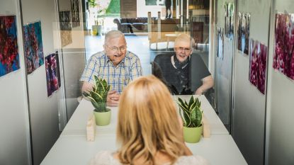 Wat een prettig weerzien! Rusthuisbewoners mogen 1 keer per week bezoek ontvangen in een hokje met plexiglas