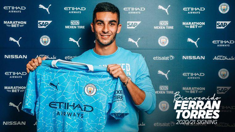 Ferran Torres met het truitje van Manchester City. Hij ondertekende een contract tot 2025.