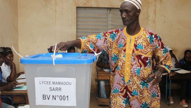 Een Malinese man brengt zijn stem uit in hoofdstad Bamako. Beeld anp