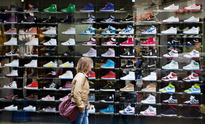Schoenenverkoper Foot Locker is minder optimistisch over zijn resultaten in de rest van het jaar.
