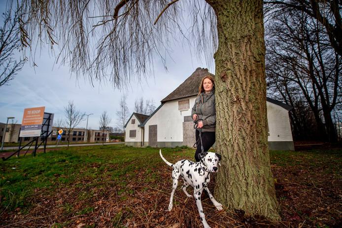 Sarah Dekker en haar hond Tina bij de 'witte boerderij'.