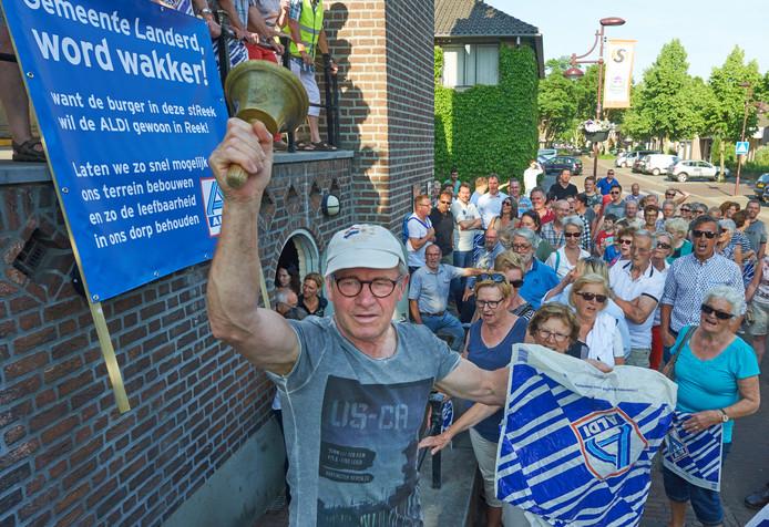 Demonstratie bij raadhuis in Schaijk voor de komst van een Aldi in Reek.