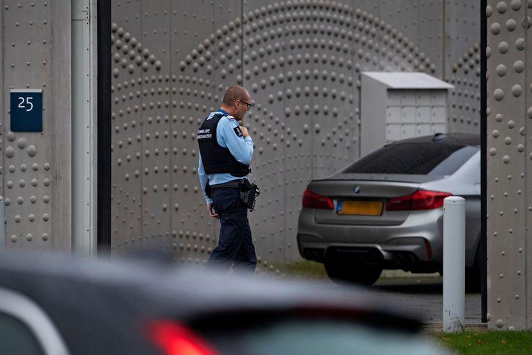 De extra beveiligde rechtbank op Schiphol, waar de verdachte van de moord op de broer van kroongetuige Nabil B werd berecht. De auto op de foto is van een advocaat die niks met de kroongetuige van doen heeft. Beeld ANP