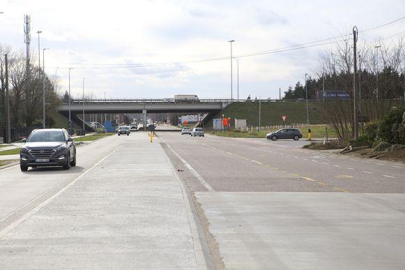 De rijbaan en het fietspad worden aangepast bij de oprit van de snelweg naar Leuven.