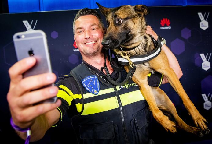 Politiehond Bumper eerder dit jaar op de rode loper voorafgaand aan de uitreiking van de Best Social Awards. De herder won de eerste prijs.