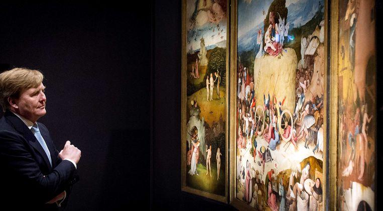 Koning Willem-Alexander bekijkt De Hooiwagen bij de tentoonstelling Jheronimus Bosch - Visioenen van een genie in Het Noordbrabants Museum. Beeld anp