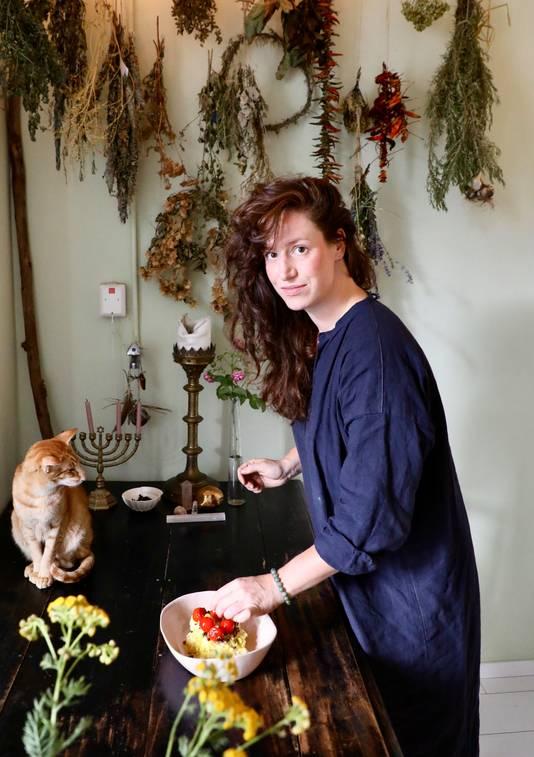 Nathalie Moens geeft workshops fermenteren en staat met een zuurkoolgerecht in het kookboek.