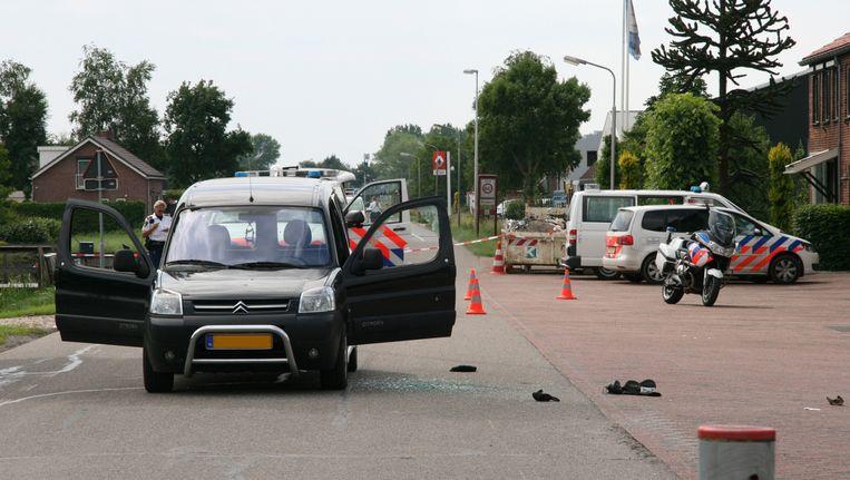 De vluchtauto van vier mannen die worden verdacht van een overval op een juwelier in Breda staat op de Zijlkade. Beeld anp