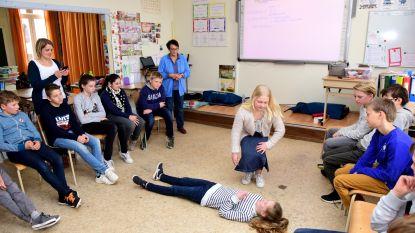 Leerlingen van het zesde leerjaar leren reanimeren
