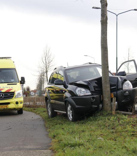 Ouder echtpaar botst met auto tegen boom in Oeffelt