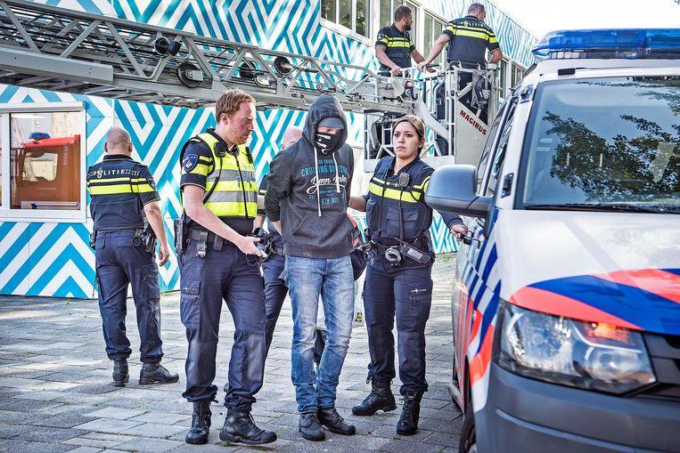 De actievoerders worden afgevoerd Beeld Guus Dubbelman / de Volkskrant