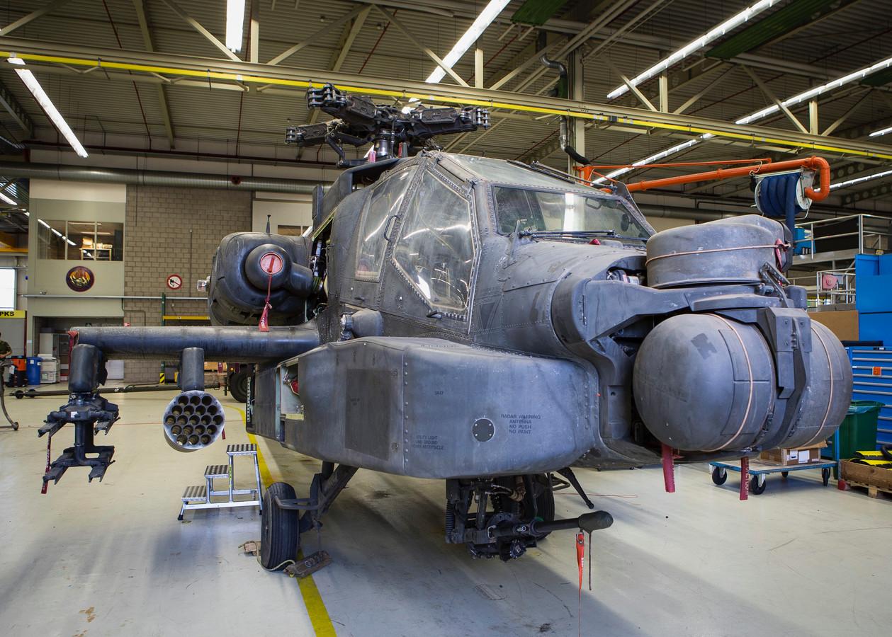 Onderhoudswerk aan een Apache op Vliegbasis Woensdrecht.