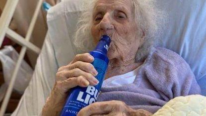 Kranige 103-jarige Amerikaanse viert genezing van corona met blikje Bud Light