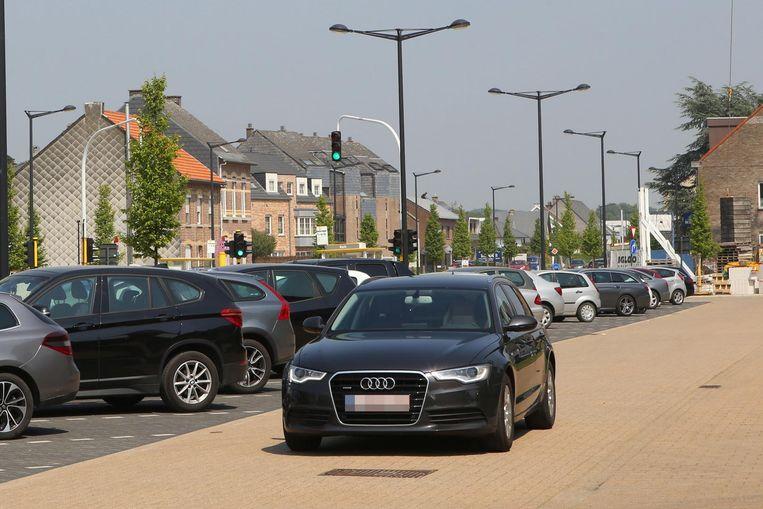 Deze wagen gebruikt de parking als sluipweggetje om het verkeerslicht te omzeilen.