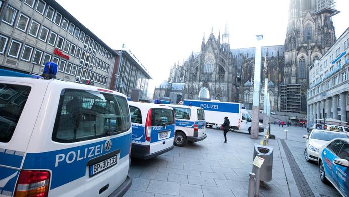 Politieagenten houden toezicht op het plein bij het treinstation in Keulen.