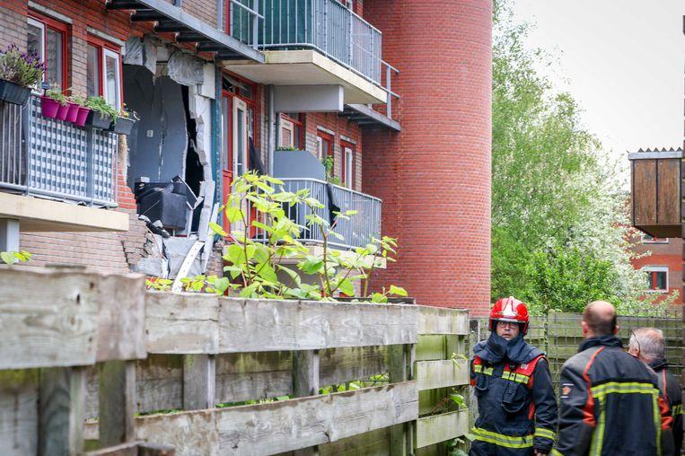 Bij de explosie in een Groningse flat werd een deel van de gevel uit het gebouw geblazen. Beeld ANP