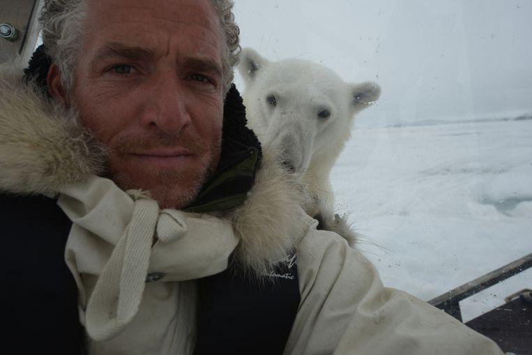 Filmmaker Gordon Buchanan volgt een ijsberenfamilie. Beeld EO