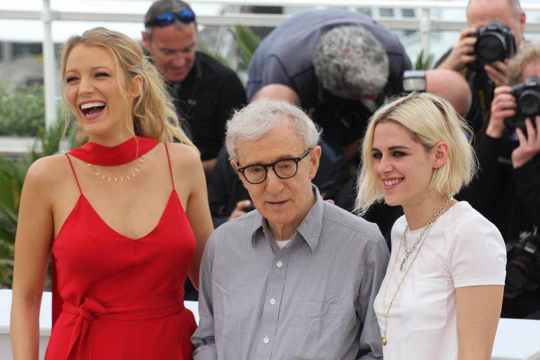 Woody Allen met Blake Lively (links) en Kristen Stewart (rechts).