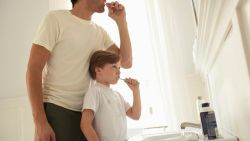 Moet je je tandenborstel nat maken voor of na je tandpasta aanbrengt?
