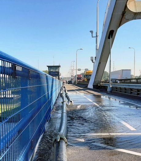 Merwedebrug in beide richtingen dicht voor verkeer: Rijkswaterstaat zaagt stuk van de klep