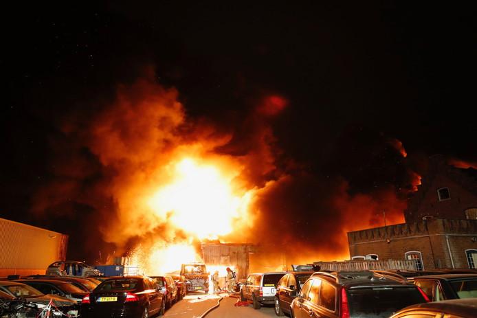 Brand bij autobedrijf Marans in Veldhoven.