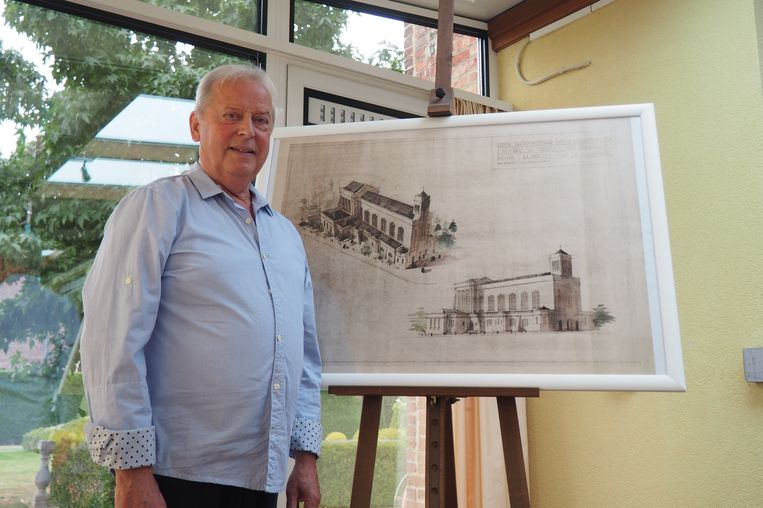 Jan De Ro schonk de oude architecturale kerktekening aan de Parochieraad.