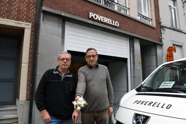 Kris Peeters (r.) toont samen met Theo Vanparijs van Poverello de pralines die hij van de oplichters kocht.