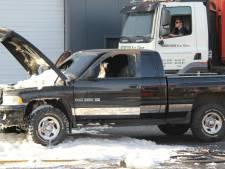 Amerikaanse pick-uptruck vliegt in brand in Goor