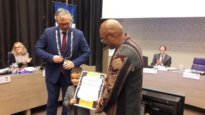 Burgemeester Jan Kottelenberg heeft de cheque overhandigd aan Cayetano Sapury en Anis Latuheru in Opheusden